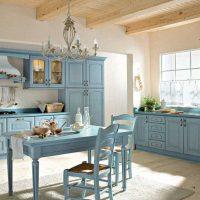 gaišs dzīvokļa dekors zilā krāsā