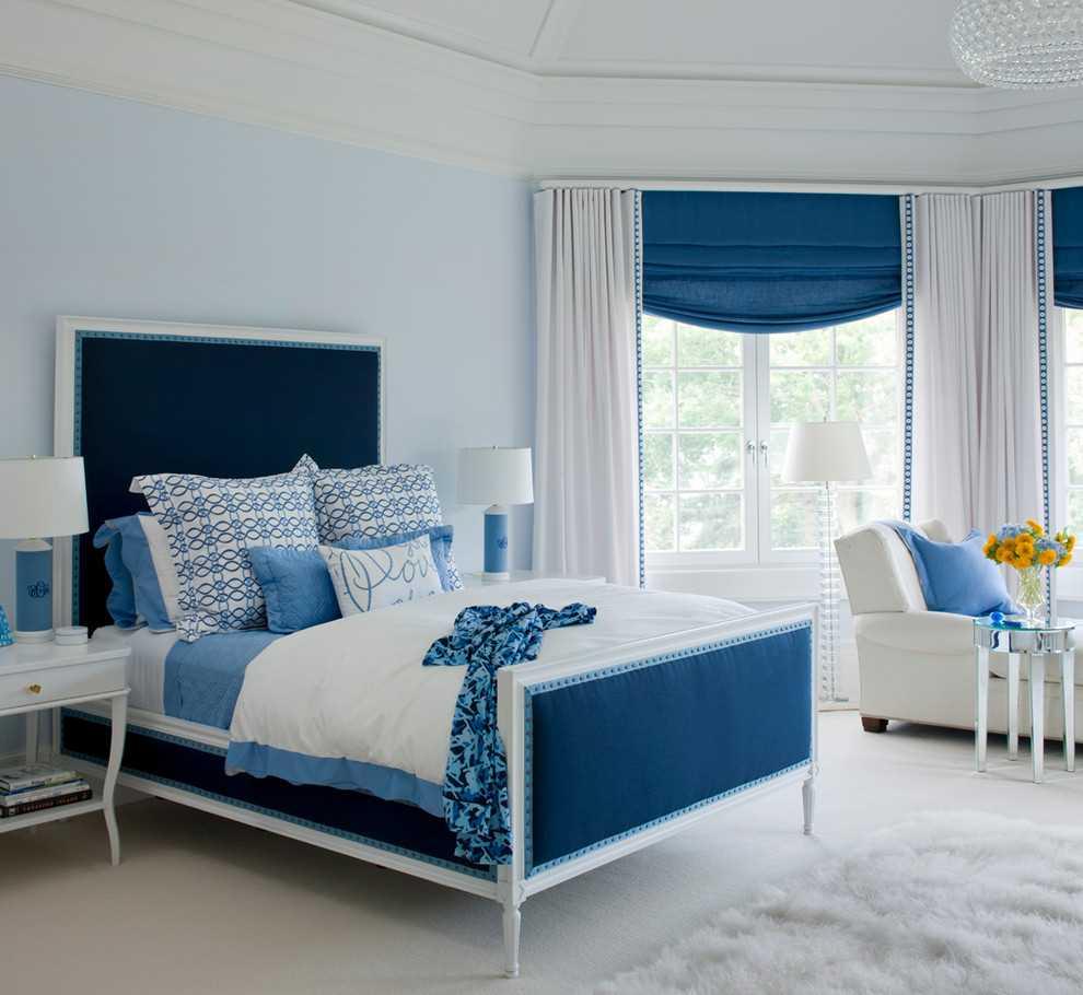 gaišs guļamistabas dekors zilā krāsā