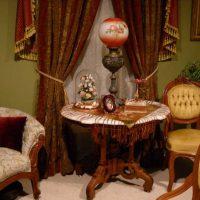 tumšā viktoriāņu stila guļamistabas interjera foto