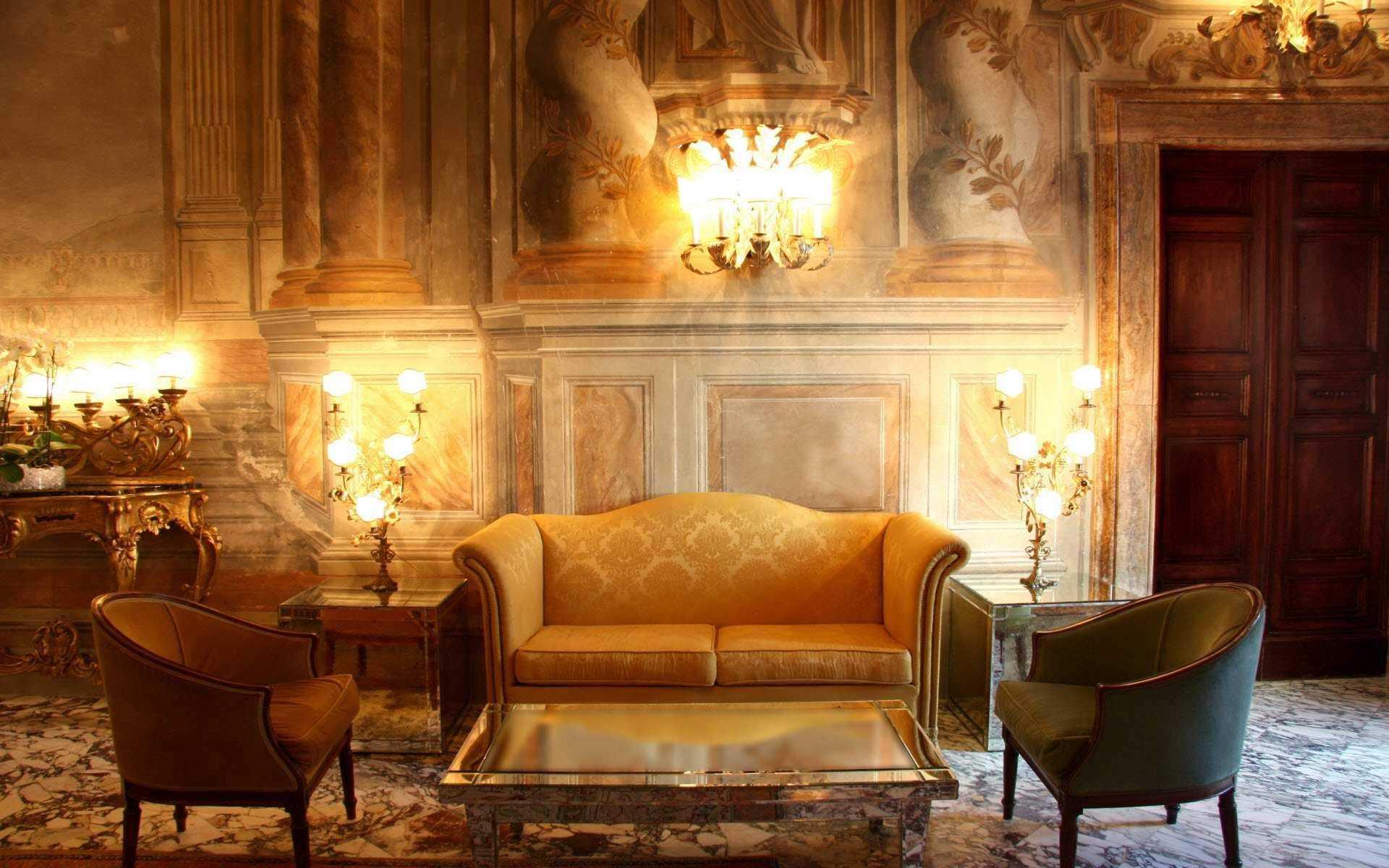 Tumšs Viktorijas laikmeta dzīvojamās istabas dekors