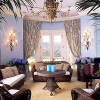 skaists viktoriāņu stila viesistabas interjera foto