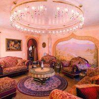 gaišs istabas dizains austrumu stila attēlā