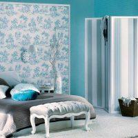 gaišs guļamistabas interjers zilā krāsā fotoattēlā