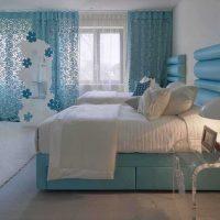 gaiša stila viesistaba zilā krāsā
