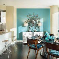 gaišs dzīvokļa dekors zilā fotoattēlā