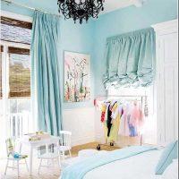 oriģināls viesistabas interjers zilā krāsā fotoattēlā