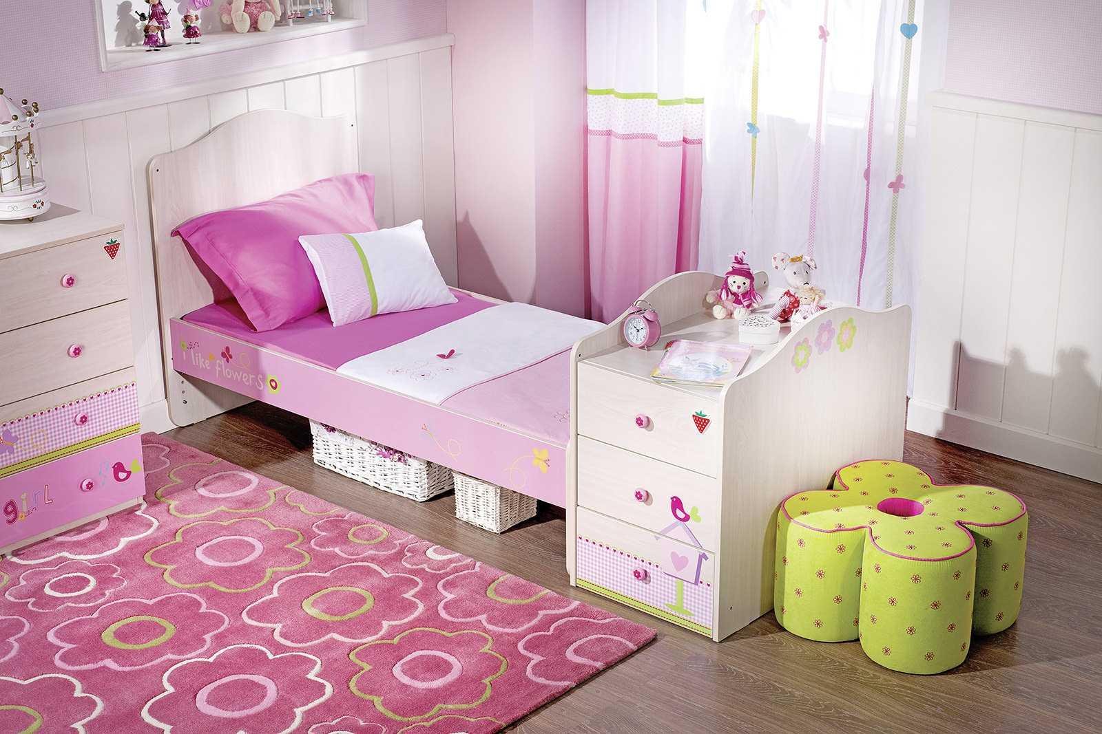 tumši rozā kombinācija viesistabas dizainā ar citām krāsām