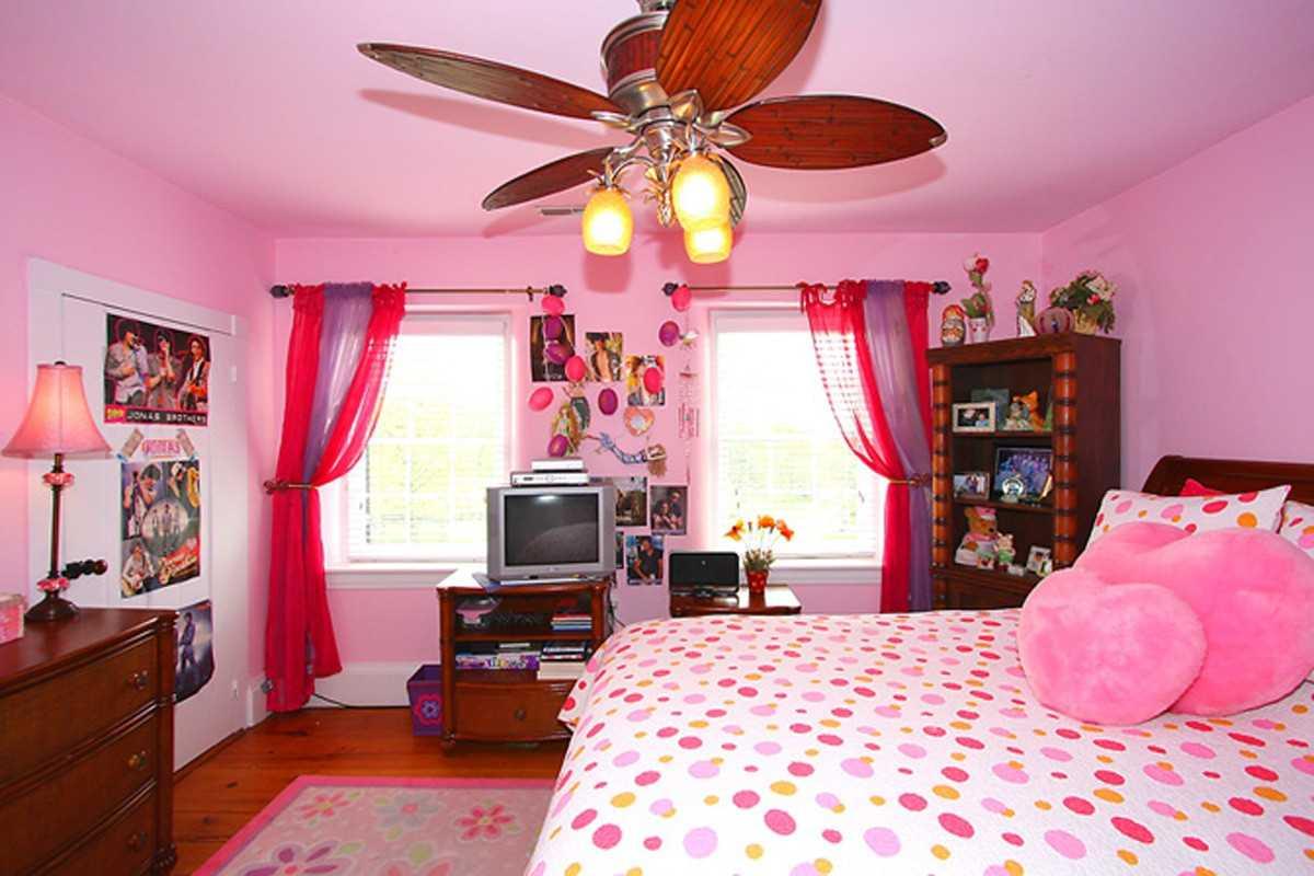 tumši rozā kombinācija mājas interjerā ar citām krāsām