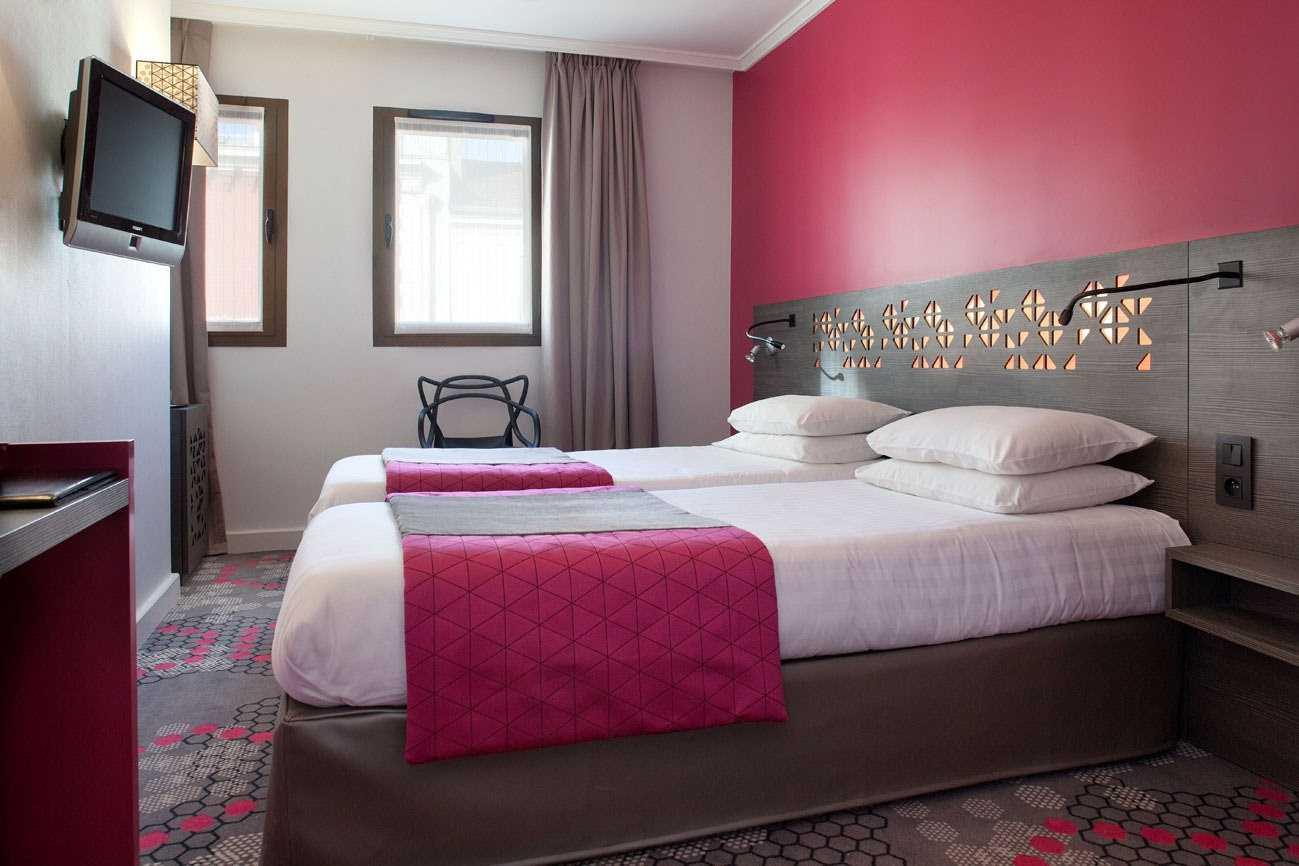 gaiši rozā krāsas kombinācija virtuves interjerā ar citām krāsām