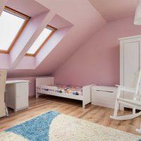 tumši rozā kombinācija viesistabas dekorā ar citām fotoattēla krāsām