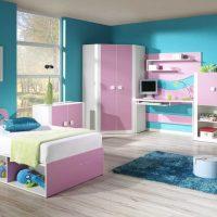 spilgti rozā kombinācija virtuves interjerā ar citu krāsu attēlu