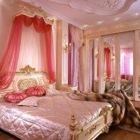 gaiši rozā istabas interjerā kombinācija ar citām fotoattēla krāsām