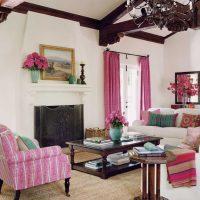 spilgti rozā kombinācija viesistabas dizainā ar citām fotoattēla krāsām