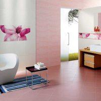 gaiši rozā kombinācija virtuves interjerā ar citu krāsu attēlu