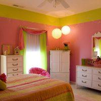 spilgti rozā kombinācija mājas interjerā ar citu krāsu attēlu