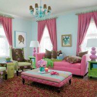 gaiši rozā kombinācija viesistabas dekorā ar citu krāsu attēlu