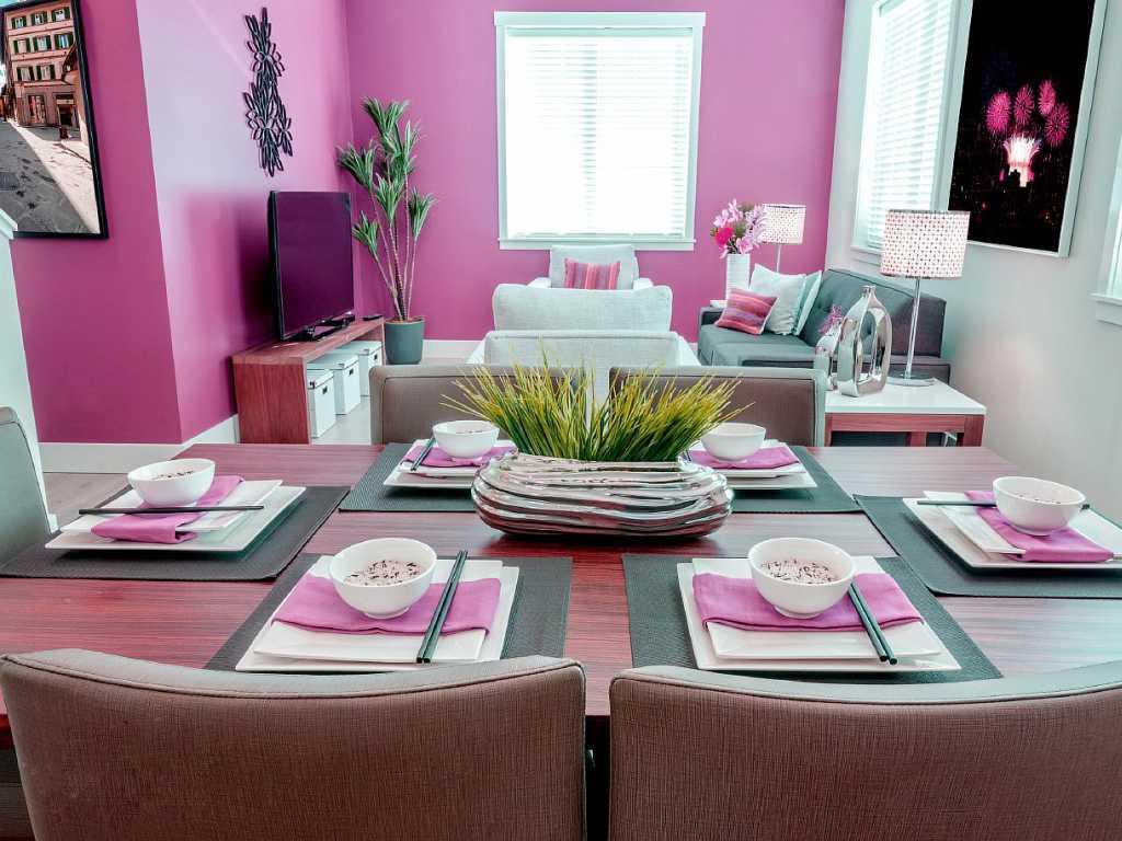 spilgti rozā kombinācija guļamistabas interjerā ar citām krāsām