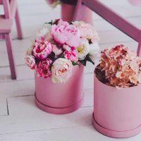 spilgti rozā kombinācija guļamistabas interjerā ar citu krāsu attēlu