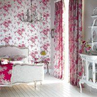 tumši rozā kombinācija istabas dizainā ar citām krāsām