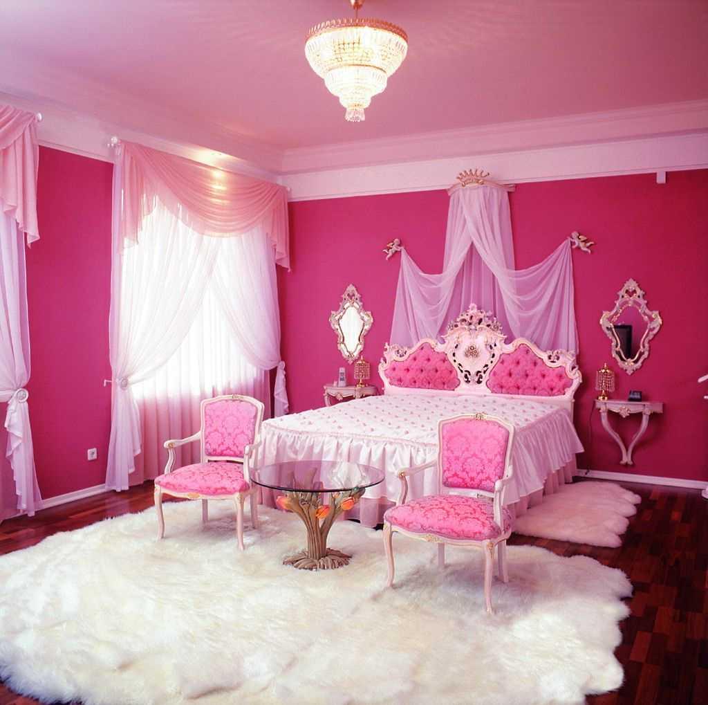 tumši rozā krāsas kombinācija virtuves interjerā ar citām krāsām