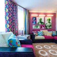 spilgti rozā kombinācija guļamistabas interjerā ar citām fotoattēla krāsām