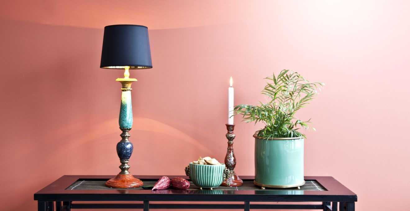 spilgti rozā kombinācija dzīvokļa interjerā ar citām krāsām