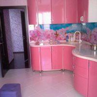 gaiši rozā kombinācija virtuves dizainā ar citu krāsu attēlu