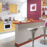 spilgti rozā kombinācija dzīvokļa interjerā ar citu krāsu attēlu