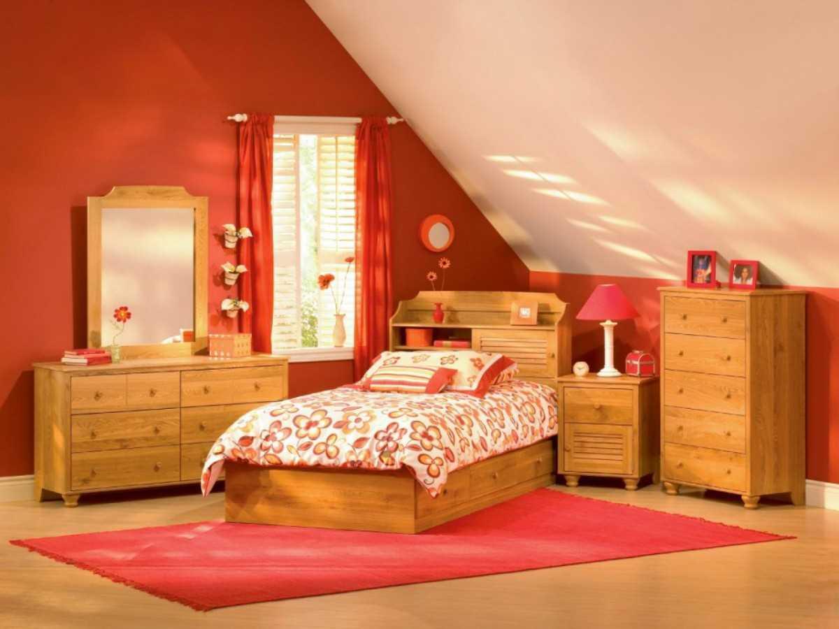 spilgti rozā kombinācija viesistabas dekorā ar citām krāsām