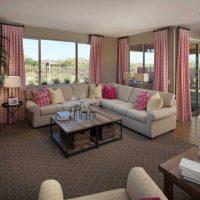 tumši rozā kombinācija guļamistabas dizainā ar citu krāsu attēlu