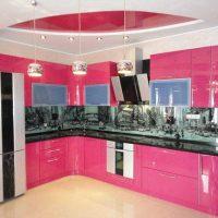 tumši rozā kombinācija virtuves dizainā ar citu krāsu attēlu
