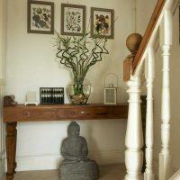 mūsdienīgs viesistabas interjers austrumu stila fotoattēlā