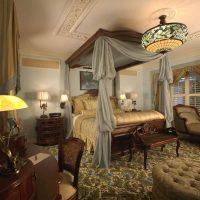 neparasta stila guļamistaba viktoriāņu stila attēlā