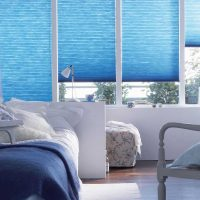 Sākotnējais viesistabas stils zilā fotoattēlā
