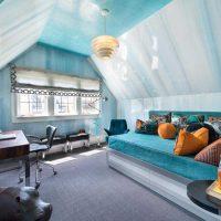gaišs istabas dekors zilās krāsas fotoattēlā