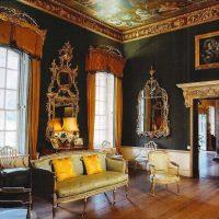 Viktorijas laika stila viesistabas dekoru attēls