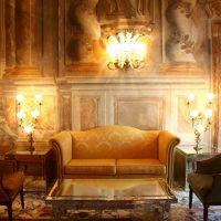 neparasts istabas interjers viktoriāņu stila attēlā