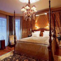 tumšā viktoriāņu stila dzīvokļa interjera attēls