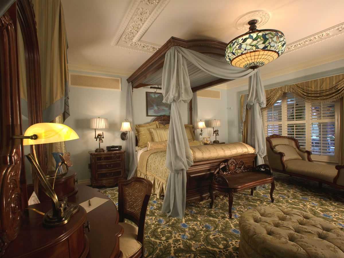 skaists Viktorijas laikmeta viesistabas interjers
