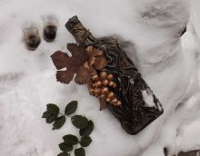 идеята за красив декор от стъклени бутилки от кожа със снимка на собствените си ръце
