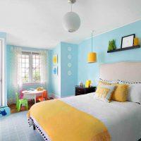 gaišs guļamistabas stils zilās krāsas fotoattēlā