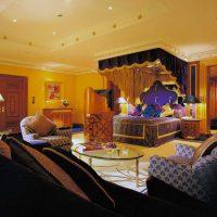 skaists viesistabas interjers austrumu stila fotoattēlā