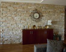 neparasts elastīgs akmens dzīvojamās istabas fasādē foto