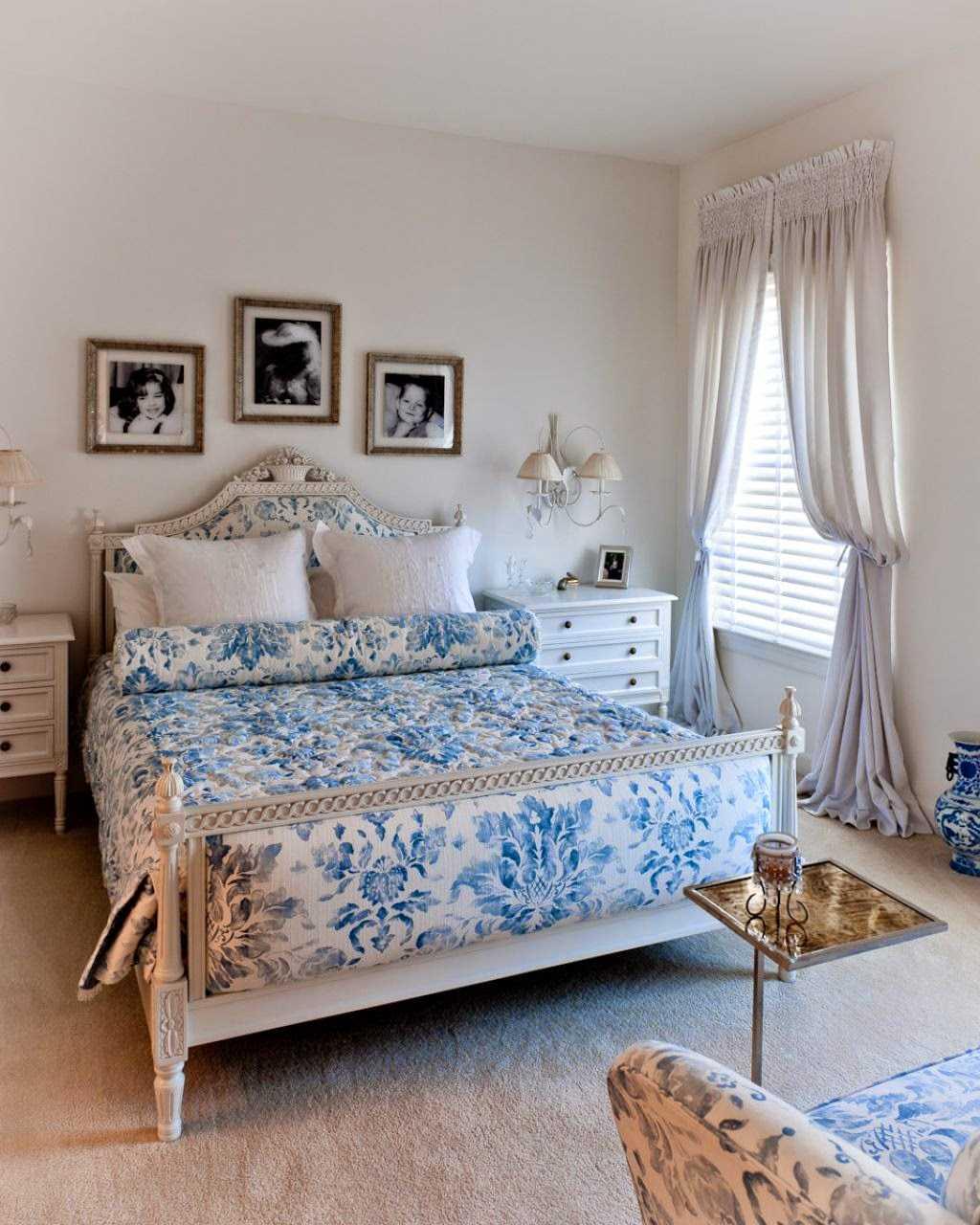 gaišs viesistabas interjers zilā krāsā