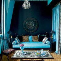 oriģināls dzīvokļa interjers zilās krāsas fotoattēlā
