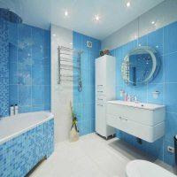 spilgts viesistabas dekors zilā krāsā