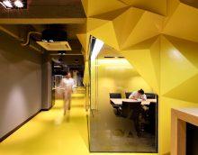 bel intérieur de l'appartement en couleur moutarde