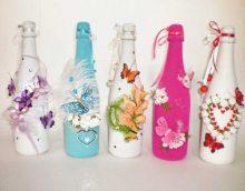 oriģināls stikla pudeļu dizains ar dekoratīvām lentēm foto