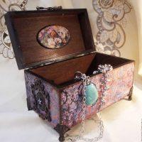 Ideja par skaistu DIY rotaslietu kārbas rotājuma attēlu