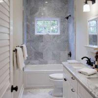 ideja par skaistu vannas istabas interjeru dzīvokļa attēlā